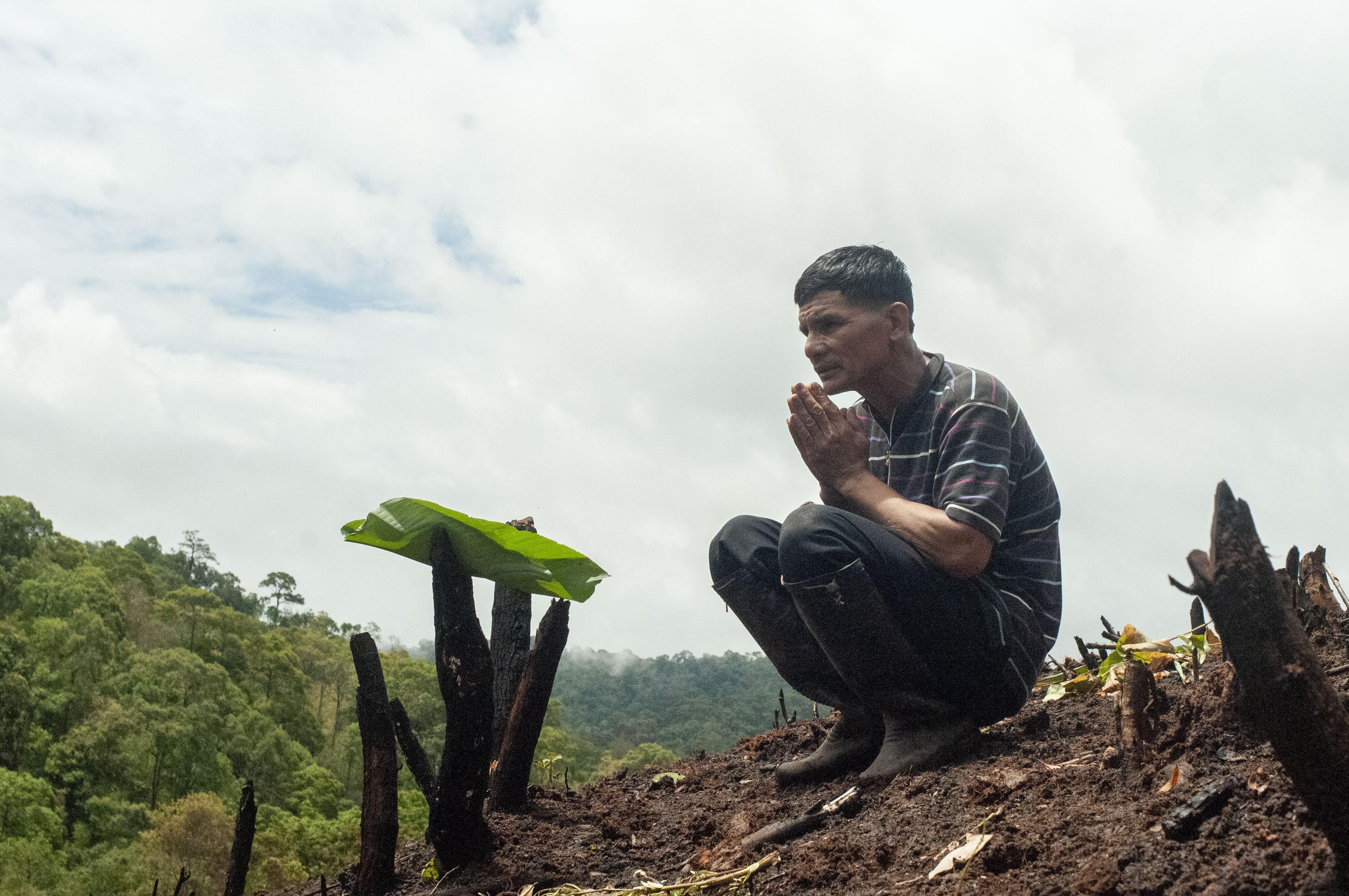 The eldest man praying Phi Jaothi to eat the food