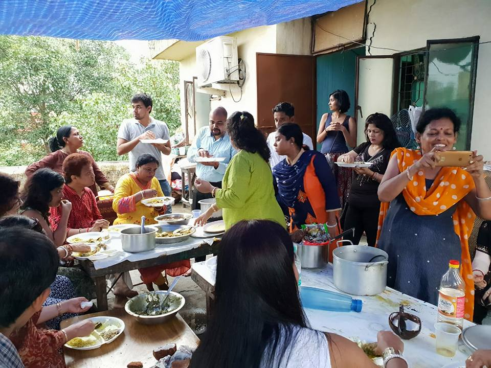 : People enjoying the Ilish feast, 19 August 2018, Chittaranjan Park, Delhi. Photo Courtesy: Neighbourhood Diaries